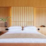 V ložnicích převládá světlé dřevo a tkané látky