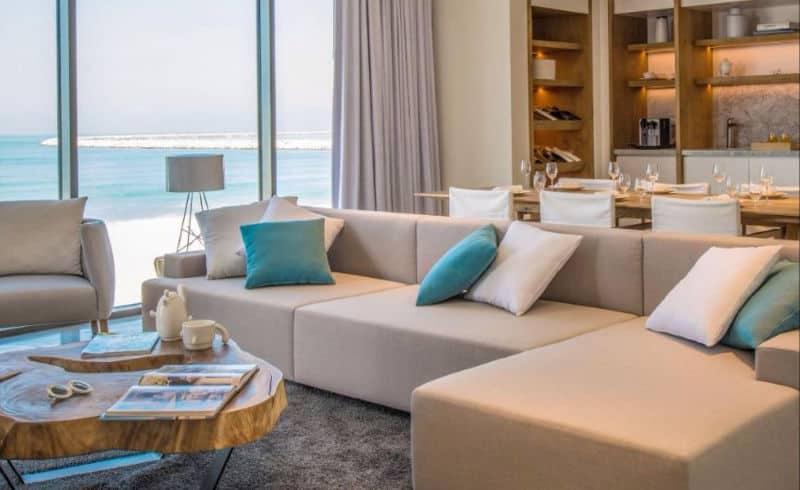 Nikki Beach, vila: všimněte si barvy polštářů, moře a pláže