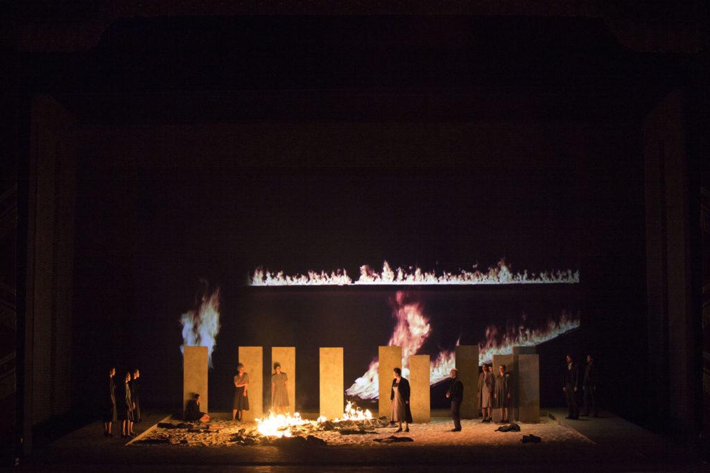 Giuseppe Verdi, Nabucco; orchestr řídí Nicola Luisotti; režie Daniele Abbado; výprava: Alison Chitty; choreografie Simona Bucci