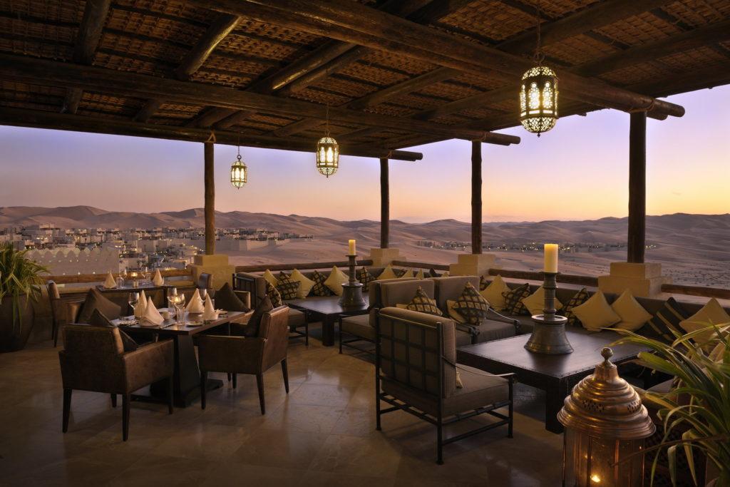 Qasr al Sarab: výhled z restaurace na druhou největší poušť světa