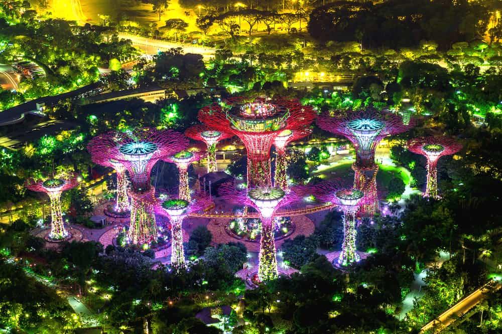 """Zahrady v Singapuru se """"solárními stromy"""", které zachytávají dešťovou vodu a čistí vzduch od prachu"""