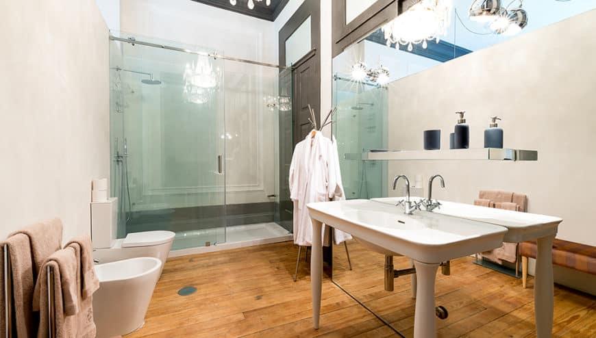 Palácio Fenizia: koupelna; aby bylo jasno, do čeho jdete