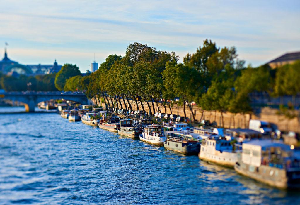 Hôtel de Crillon stojí téměř na břehu Seiny, mezi Elysejskými poli a Louvrem. Lepší adresu v Paříži nehledejte.