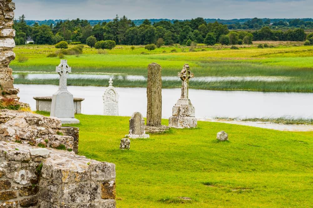 Irsko, starý klášter nad řekou Shannon