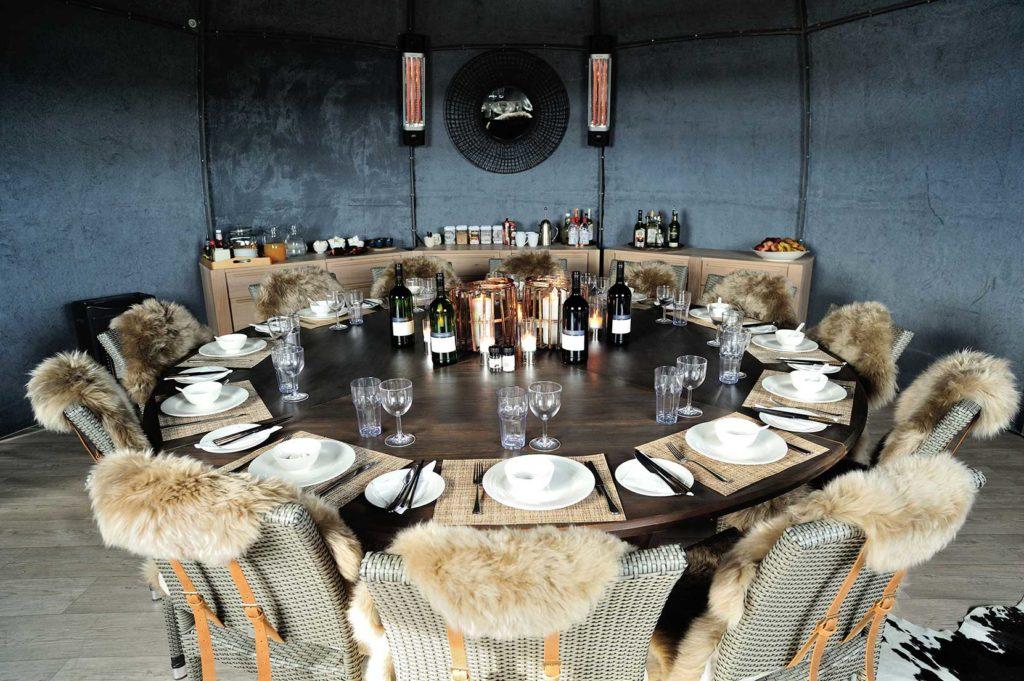 White Desert, Antarktida: nová jídelna s dubovým stolem a židle s kožešinami