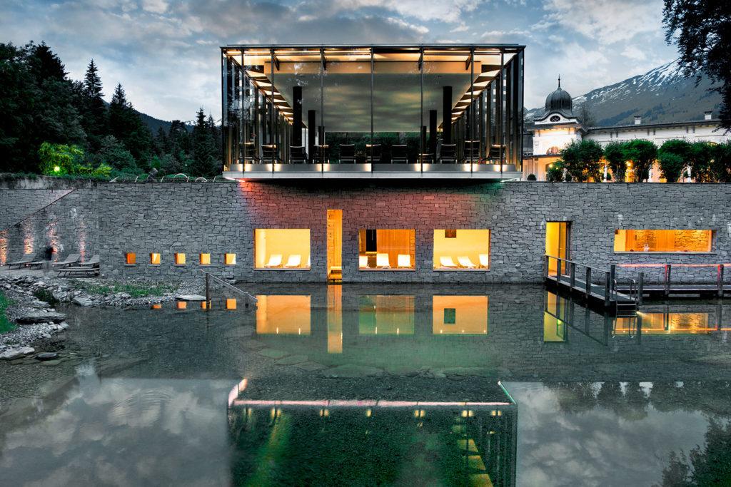 Waldhaus Flims, Švýcarsko: k bazénu patří i venkovní přírodní koupání s japonskými kapry