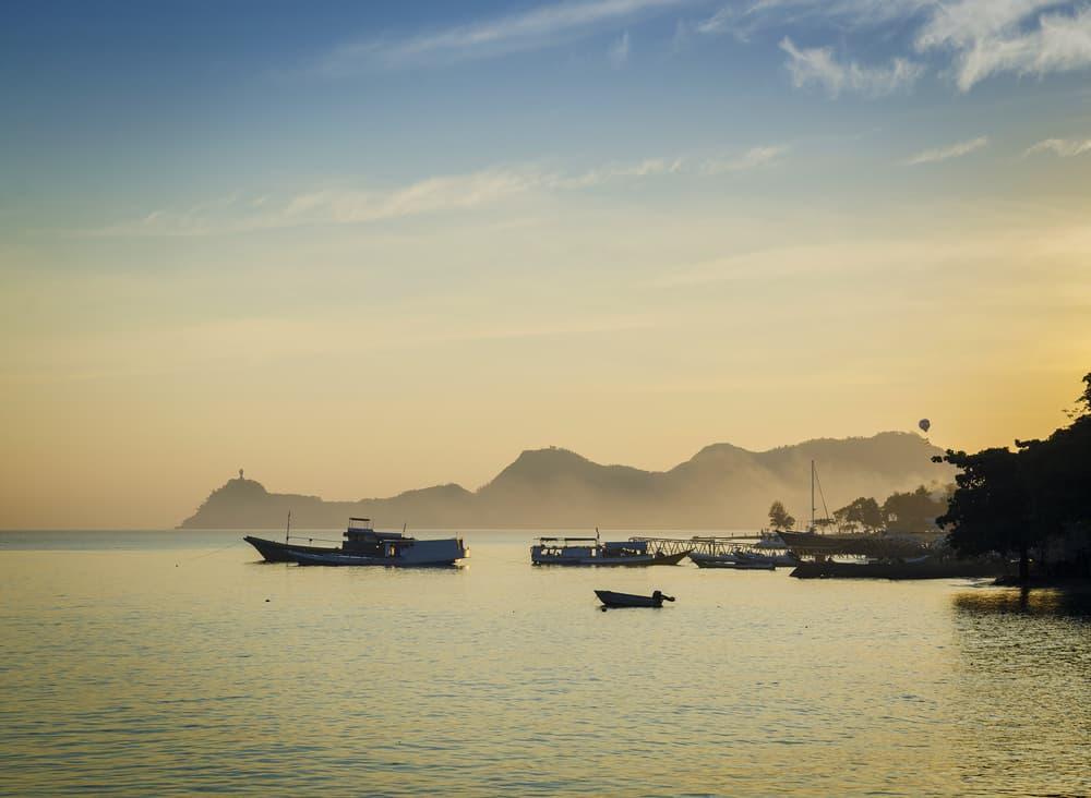 Lodě u pobřeží Dili na Východním Timoru
