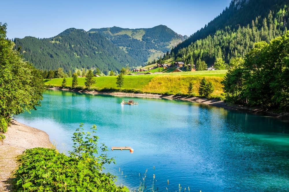 Horské jezero kousek od vesnice Steg v Lichtenštejnsku