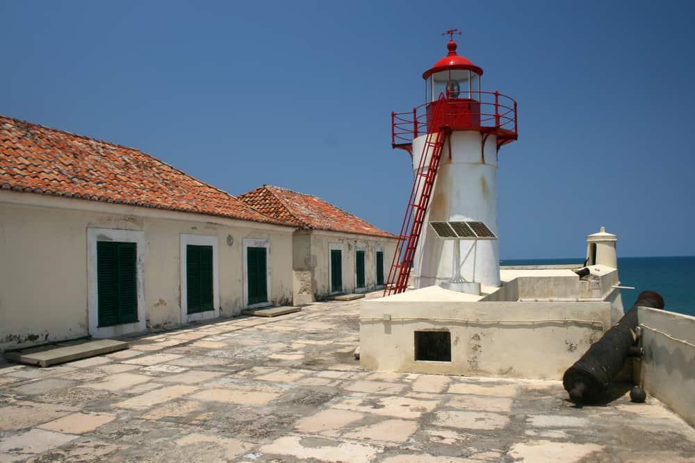Pohled ze střechy pevnosti Sao Sebastio na ostrově Svatého Tomáše