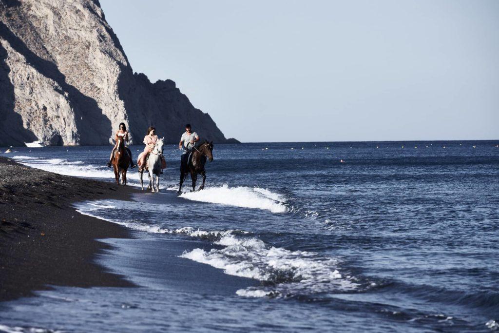 Istoria, Santorini: v hotelu vám zařídí vyjížďky na koních